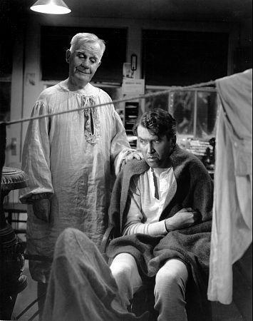 Fotograma de la película 'Qué bello es vivir', con Henry Travers y James Stewart.