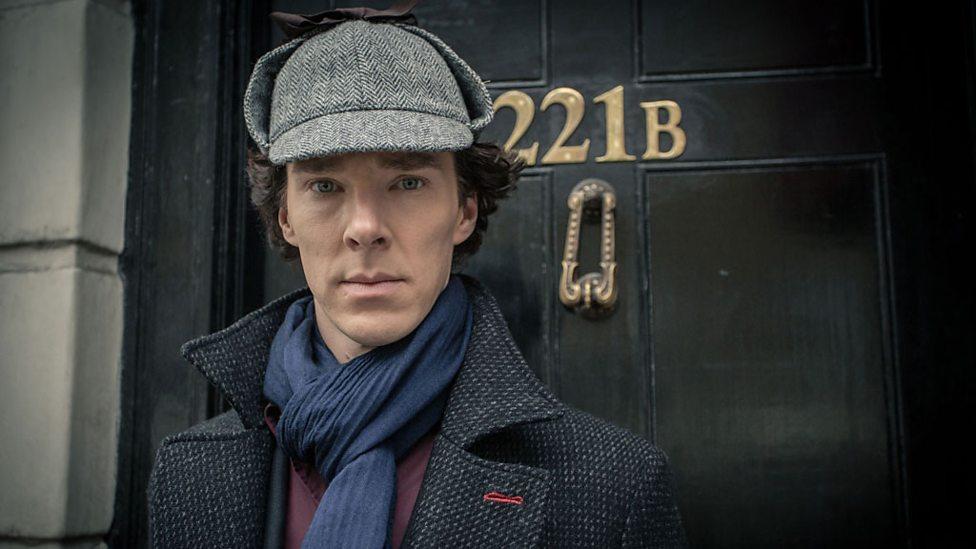 Benedict Cumberbatch, protagonista de la serie 'Sherlock', a las puertas del 221b de Baker Street. / bbc.co.uk